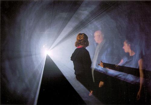 """Anthony McCall, """"Line Describing a Cone"""" da série """"Solid Light Film Installation"""", 1973. Projeção 16mm"""