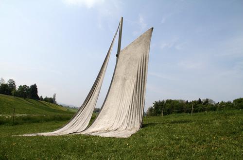 Thiago Rocha Pitta, Monumento à deriva continental, 2011. Cimento sobre tela, 5m de altura por 6m de largura