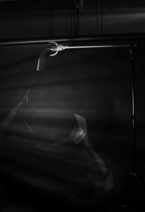 Leticia Ramos e Marcia Xavier_estudo para a queda de uma folha de papel_fotografia estroboscopica_100 x 66 cm_2014_2