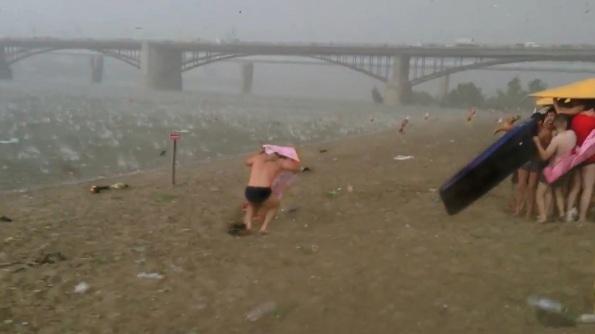 "Still de ""A Minute Ago"" (2014), de Rachel Rose. HD Video, 8'43"""
