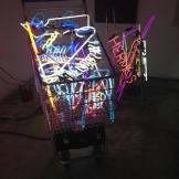 Obra escultura de neon de Ale Jordão